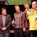 Джону Cкофилду дарят футболку Металлиста с его фамилией