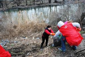30 активистов собрали  вдоль реки Лопань более 1,5 тонны мусора